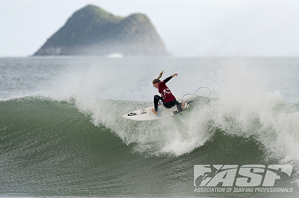 Lakey Peterson defeated World No. 2 Sally Fitzgibbons in the third round for a berth in the quarterfinals. (ASP/Robertson)